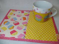 Kit de Caneca com estampa de Cupcakes e Mug Rug em tecido. R$ 39,00