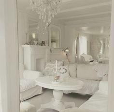 Buon pomeriggio…    Solvi ha portato a nuova luce una splendida villa di campagna datata 1640, in Norvegia, il risultato è strepitoso...