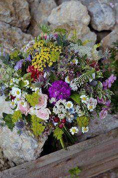 Jedinečná kombinace ušlechtilých a divokých květin Floral Wreath, Wreaths, Plants, Home Decor, Floral Crown, Decoration Home, Door Wreaths, Room Decor, Deco Mesh Wreaths