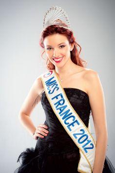 Miss France 2012 Delphine Wespiser  Delphine rayonnait avec une couronne ornée de pierres en cristal blanc de taille poire et dont les contours étaient rehaussés de pierres serties dans un rail.