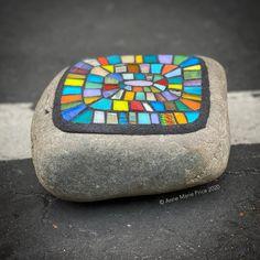 Mosaic Rocks, Mosaic Art, Mosaics, Mosaic Garden, Mosaic Ideas, Stained Glass, Arts And Crafts, Stone, Rock