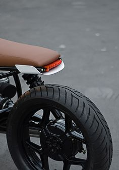leManoosh collates trends and top notch inspiration for Industrial Designers, Graphic Designers, Architects and all creatives who love Design. Retro Motorcycle, Cafe Racer Motorcycle, Motorcycle Design, Bike Design, Tracker Motorcycle, Piece Cafe Racer, Cafe Racer Parts, Cafe Racer Style, Cool Motorcycles