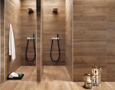 salle de bains moderne avec deux cabines de douche et carrelage aspect bois