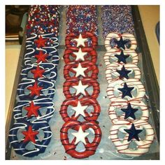 cute but I wouldn't bother with the chocolate stars in the middle. Too much extra work! Great idea for a Wonder Woman themed snack, OR FOURTH OF JULY! Easy July 4th Desserts, Fourth Of July Food, 4th Of July Party, Patriotic Desserts, Fourth Of July Cakes, Fourth Of July Shirts, Summer Desserts, Wonder Woman Birthday, Wonder Woman Party