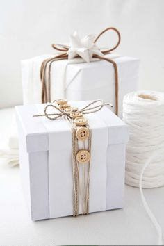 Diy could be with vintage bottoms, lace and brown paper. Inpak idee | Wrapping idea #natural