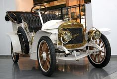 Laurin & Klement was a bicycle, motorcycle and automobile manufacturer in Mladá Boleslav, Bohemia, then Austria-Hungary. Vintage Cars, Antique Cars, Future Car, Old Cars, Cars And Motorcycles, Passion, Trucks, Vehicles, Wheels