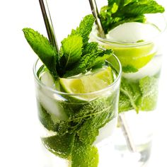 summer recipes Truly the BEST mojito recipe! Its quick and easy to make with lots of fresh mint, lime juice and rum. Its naturally sweetened with honey. And easy to make in a single cocktail serving, or as a pitcher for a crowd. The perfect summer drink! Mojito Cocktail, Summer Cocktails, Popular Cocktails, Drinks Alcohol Recipes, Cocktail Recipes, Cocktail Videos, Best Mojito Recipe, Healthy Summer Recipes, Mint Recipes