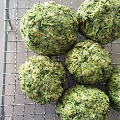 """Se det här fotot av @citron_ på Instagram • Broccoliboller: ca. 45-60 kcal i én 👍🏻 400-500g broccoli, 1 æg, 2 æggehvider, 1 tsk bagepulver, 1 tsk salt, 2 spsk loppefrøskaller, 1/2 dl affedtet kokosmel ••• ovn 200°C. blend det i en blender. Lad """"dejen"""" hvile i 10 min. Form til boller. Bages i 15-20 min."""