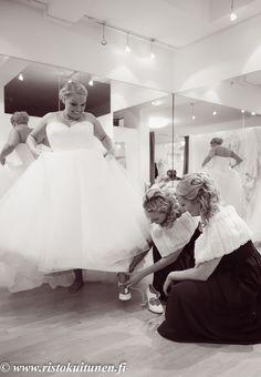 #weddings #dressing #hääpuku #valokuvaus #photography Dressing, Wedding Photography, Weddings, Wedding Dresses, Fashion, Bride Dresses, Moda, Bridal Gowns, Fashion Styles