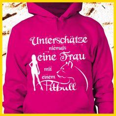 Unterschätze niemals eine Frau mit einem Pitbull  COOLES SHIRT, EXKLUSIVES MOTIV, LUSTIGER SPRUCH! Unser lustiges Hunde Sprüche Shirt / Hoodie ist das ideale Geschenk für Hundehalter, Hundebesitzer, Frauen & Frauchen!  Hund / Hundeshirt / Funshirt / Hundesprüche-Shirt / Spruch-Shirt / Motiv-Shirt / T-Shirt Motive / Langarmshirt / Ladyshirt / Top / Sweatshirt / Hoodie / Kapuzenshirt / Kapuzenpullover / Damen Hoodie / Pullover Bluse