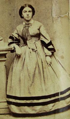 ANTIQUE CIVIL WAR ERA CDV PHOTO LOVELY YOUNG WOMAN WEARING BEAUTIFUL HOOP DRESS