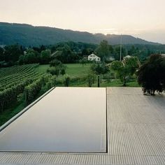 Incredible Design Infinity Pool Ideas and Inspiration - What is an infinity pool? A luxury swimming pool with seemingly overflowing water that creates a visual effect of vanishing into the horizon is known as an infinity pool. Infinity Pools, Outdoor Pool, Outdoor Gardens, Pool Backyard, Diy Pool, Piscina Rectangular, Rectangular Pool, Piscina Spa, Design Cour