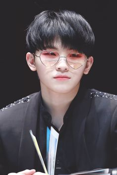 woozi // jihoon ♡ i can say we're soulmates cause we're short and have the same glasses. Jeonghan, Wonwoo, The8, Seungkwan, Seventeen Funny, Going Seventeen, Seventeen Woozi, Seventeen Debut, Rap