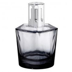 Lampe Penta réglisse. Lampe en verre, dont le laquage dégradé par le fond permet de faire refléter la couleur de la lampe sur les épaisses arêtes formant le pentagone. Le fond, de forme cylindrique est sublimé par une belle épaisseur de verre qui souligne l'assise de la lampe.