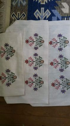 This Pin was discovered by Neş Embroidery Patterns Free, Hand Embroidery Designs, Moda Emo, Linen Napkins, Bargello, Diy And Crafts, Cross Stitch, Quilts, Face Towel