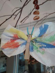 Vandfarve , tøjklemme , kaffefilter = sommerfugl