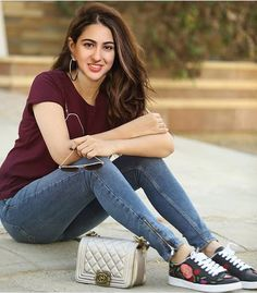 Sara Ali Khan Looking Hot with Jeans, famous celebrities photos, female celebrities Photos, hot actress Photos, celebrity leaked Photo Bollywood Outfits, Bollywood Fashion, Bollywood Celebrities, Bollywood Actress, Actress Anushka, Pakistani Movies, Western Wear For Women, Sara Ali Khan, Stylish Girl Pic