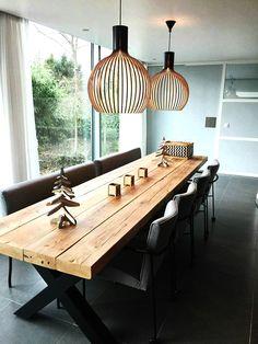 Eettafel Timber met kruisframe. Met prachtige lampen van Secto Design. Tafel van De Betoverde Zolder.