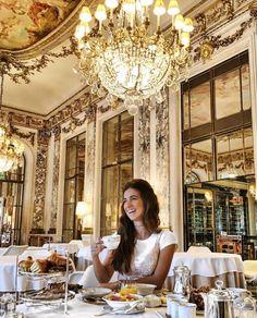Breakfast at Le Meurice Café da Manhã no Hotel | Lustres, pinturas e adornos dourados