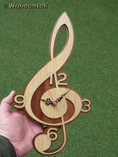 Treble Clef clock in wood - music clock - shipping included (free .- Treble Clef Uhr in Holz – Musikuhr – Versand inbegriffen (kostenloser Versand) Treble clef clock in wooden music box - Music Clock, Wooden Music Box, Gift For Music Lover, Music Lovers, Diy Clock, Clock Ideas, Wood Clocks, Music Decor, Treble Clef