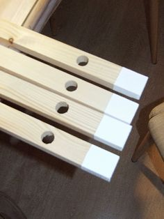 cómo hacer un perchero infantil de madera diy Storage Ideas, Display, Quotes, Hangers, Baby Things, How To Make, Wood Slats, Pallet Furniture, House Decorations