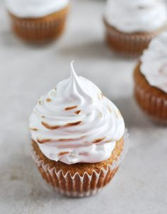We love incorporating S'mores into our Thanksgiving recipes! How Sweet Eat's recipe for Pumpkin S'mores Cupcakes is an adorable addition to your family recipe collection. Cupcake Recipes, Cupcake Cakes, Dessert Recipes, Baking Recipes, Cupcake Flavors, Party Recipes, Köstliche Desserts, Delicious Desserts, Yummy Food