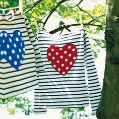 Marinières traditionnelles appliquées de coeurs en tissu rouge et bleu à pois blancs.
