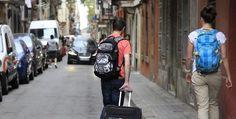 """El Ayuntamiento de Barcelona multará con hasta 600.000 euros a las plataformas intermediadoras que ofrezcan pisos turísticos sin licencia de forma reincidente, y con 30.000 euros, o más en casos """"flagrantes"""", a personas particulares."""