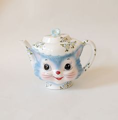 ...includes this kitty cat teapot. This is FAB-U-LOUS X 10!