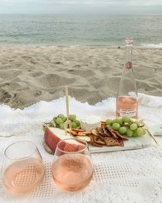 Picnic Date Food, Picnic Time, Summer Picnic, Picnic At The Beach, Beach Picnic Foods, Charcuterie Picnic, Charcuterie Board, Summer Aesthetic, Aesthetic Food