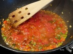 Ingredientes ½ Kg. de bacalao. ½ pimiento rojo ½ Kg. de tomates maduros 3 cebolletas 2 huevos cocidos 1 puñadito de almendras Aza... Guacamole, Salsa, Mexican, Ethnic Recipes, Food, Fish Stew, Rice, Red Peppers, Smoker Cooking
