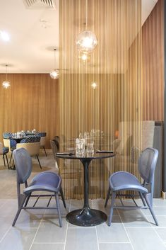 Project of our friends from Vergés for the Marriott Paris Porte de Versailles. In the hotel you can find their collection of Bernardes chairs, created by Andreu Carulla, along with a wavy Kriskadecor space divider. Space Dividers, Mosaic Designs, Metal Mesh, Hospitality Design, Interior Lighting, Metal Walls, Restaurants, Chairs, Interior Design