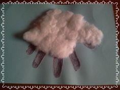 cordero hecho con la figura de nuestra mano y algodón