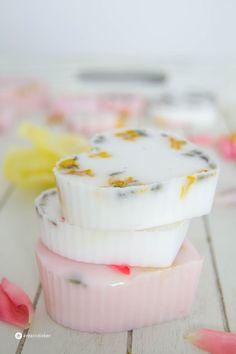 DIY Seife selber gießen: habt ihr das schon einmal getan? Variiert mit Farben, Düften, Blüten und Formen und schafft ein hübsches Geschenk.