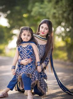 Mom Daughter Matching Dresses, Mom And Baby Dresses, Mom And Baby Outfits, Stylish Dresses For Girls, Dresses Kids Girl, Kids Outfits, Stylish Girl, Pakistani Kids Dresses, Fancy Dress Design