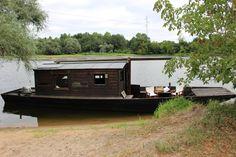 Shanty Boat, Floating House, Boat Stuff, Tiny House, Boat House, Boat Building, Water Crafts, Tiny Living, Glamping
