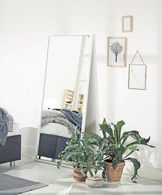 Soveromsdetaljer og soveromsinnredning. OBSTRUP speil | Skandinaviske hjem, nordisk design, Skandinavisk design, nordiske hjem, soverom, lyst soverom | JYSK