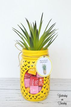 Transform a plain mason jar into a fun pineapple candy jar, plus free printable tags. Perfect back to school teacher's gift. #birthdaygifts