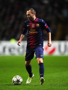 Andres Iniesta Photos - Barcelona player Andres Iniesta in action during the UEFA Champions League Group G match between Celtic and Barcelona at Celtic Park on November 2012 in Glasgow, Scotland. - Celtic v Barcelona - UEFA Champions League Barcelona Players, Fc Barcelona, Fifa, Soccer Backgrounds, Soccer Stars, Camp Nou, Uefa Champions League, Football Players, Coaching