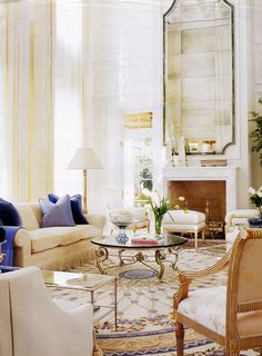 4 Glamorous Ways to Decorate with Medallion Aubusson Rugs Formal Living Rooms, Home Living Room, Living Spaces, Deco Rose, Aubusson Rugs, Florida Living, Dream Rooms, Traditional House, Luxury Living
