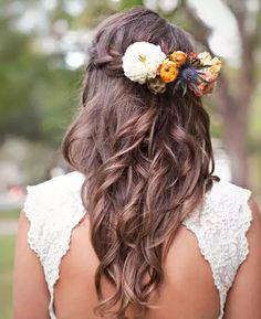 Peinado de novia con rizos sueltos y flores de colores