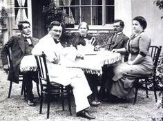 Ady Endre családjával Crop Circles, History Photos, Hungary, Budapest, Old Photos, Che Guevara, Literature, Couple Photos, Formula 1