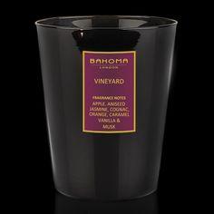 Bougie Parfumée Vineyard. Parfums      principaux: Pomme, Anis, Jasmin, Cognac, Orange, Caramel, Vanille.  Poids de la bougie : 452 g.  Dimensions de la boîte : 15 cm x 15 cm x 11 cm. Durée estimée de combustion: ~ 80 heures. Prix : 46 €.