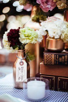 na próxima decoração de casamento usando garrafas gostaria que a noiva pedisse tudo dourado. estou apaixonada por garrafas douradas para um casamento noturno com toques rústicos.