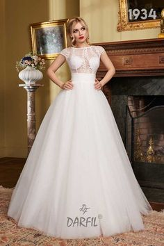 Princess ball gown wedding dress with short sleeves and V-shaped open back. The wide waistband and the ample silk tulle skirt have a thinning effect on the waist, creating an hourglass body shape. Gown Wedding, Wedding Bride, Wedding Dresses, Hourglass Body Shape, Princess Ball Gowns, Flowy Skirt, Princess Style, Floral Lace, Short Dresses