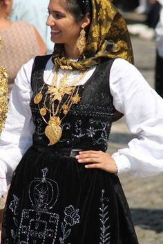 Portuguese Culture, Church Ceremony, Spain And Portugal, Folk Costume, Mi Long, People Around The World, Dance Costumes, Foto E Video, Great Photos