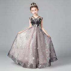 Chic / Beautiful Black Blushing Pink Flower Girl Dresses 2019 A-Line / Princess V-Neck Sleeveless Star Appliques Lace Floor-Length / Long Ruffle Backless Wedding Party Dresses - Welt der Hochzeit Little Girl Gowns, Gowns For Girls, Girls Dresses, Junior Bride Dresses, Style Chinois, Belle Silhouette, Pink Flower Girl Dresses, Fantasy Gowns, Backless Wedding