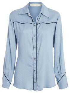 Camisa Feminina, Cris Barros.A camisa azul é confeccionada em crepe, possui caimento reto com recortes, mangas longas com abotoamento e gola com fechamento por botões.