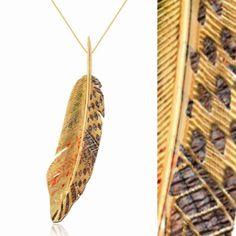 """""""Viva aceso, olhando e conhecendo o mundo que o rodeia, aprendendo como um índio (...) seja um índio da sabedoria"""" - Darcy Ribeiro. Pena de ouro e coco. #brazil #diadoindio #joia #brazilianjewelry #art #gold #exclusive #design #braziliandesign"""