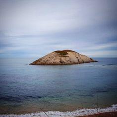 Isla del Castro. Frente a  la  playa de Covachos.  En1983miembros delLaboratorio de Investigaciones Arqueológicas Subacuáticas(LIAS) descubrieron nueve cañones proyectiles dos anclas y varios objetos provenientes del naufragio en el extremo Oeste de la isla de un galeóninglésen1641. El barco inglés naufragó intentando buscar refugio en la ensenada próxima en medio de un temporal. #isladelcastro #isla #island #playadecovachos #covachos #sotodelamarina #cantabriasan #cantabria #turismo…